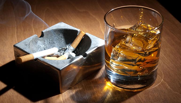 Resultado de imagem para cigarro e bebida